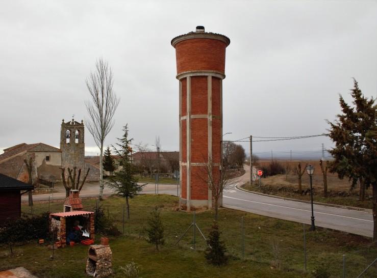 Iglesia románica y depósito